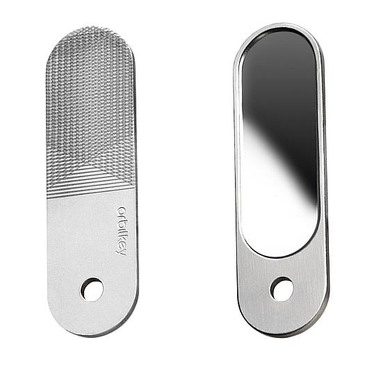 ステンレススチール製の薄い1枚板は、片面が「ミラー」、もう片面は「爪やすり」になっている優れもの「ミラー&爪やすり」|Orbitkey Accessory