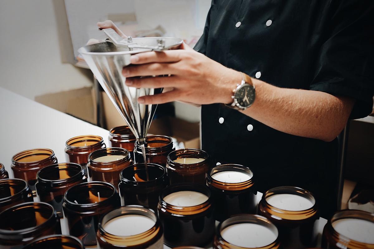 すべての製品は職人によるハンドメイド。小さな工房でひとつひとつ丁寧につくられています|南仏・グラース生まれのルームミストとキャンドル|FARIBOLES(ファリボレ)