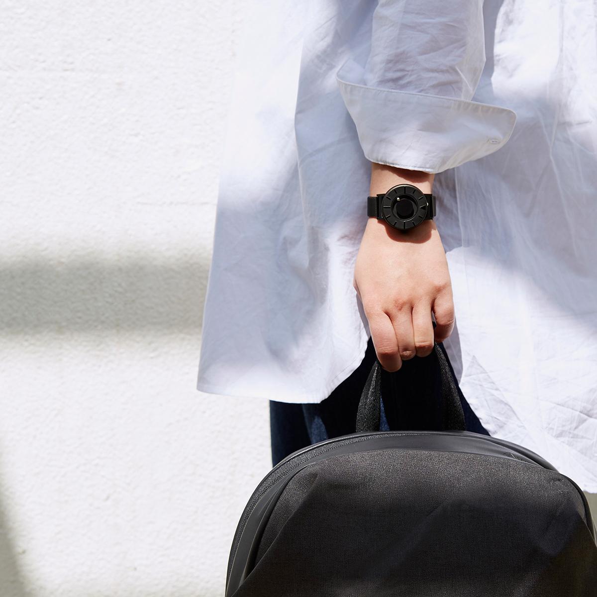 腕元におさまるコンパクトな文字盤、軽やかな装着感のメッシュバンド。触って時間を知る「腕時計」| EONE