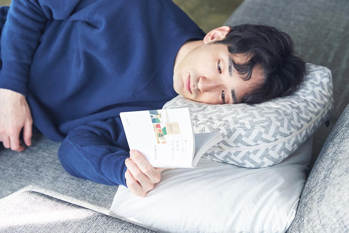 横向き寝を驚くほどラクにしてくれる台形状の枕、スマホや本がラクに読めるまくら・ピロー|HONTO