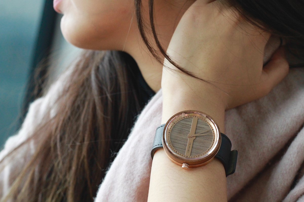 Georg Jensen のデザイナーが生んだ北欧モダンな木とステンレスの組合せの腕時計|VEJRHØJ