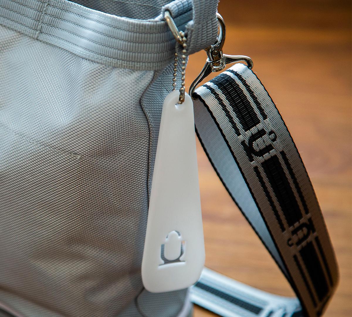 スニーカーソールを履いたバッグ、ということで「靴べら」としても使えるOKERUオリジナルストラップが付属。あの傑作スニーカーのエアソールを履いた「遊びトート」| OKERU MONOCO限定