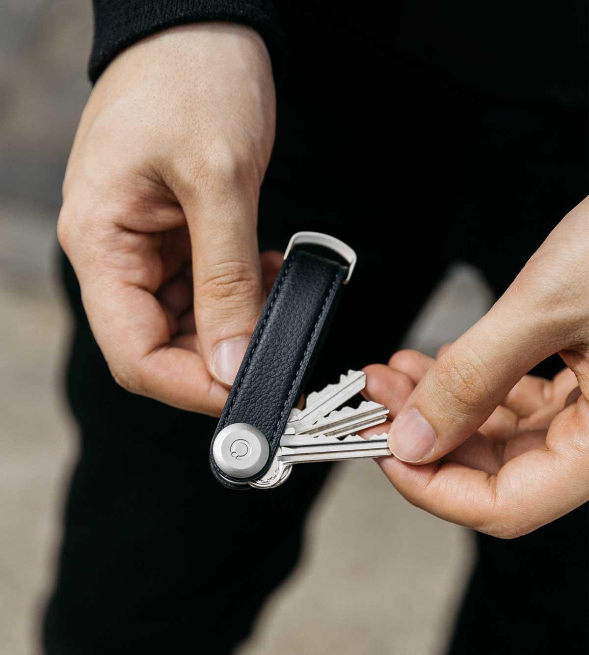 幅2cmに最大7本の鍵が収まり鍵を整理できる。サボテンから生まれたエコレザーのキーホルダー(キーケース)|ORBITKEY(オービットキー)