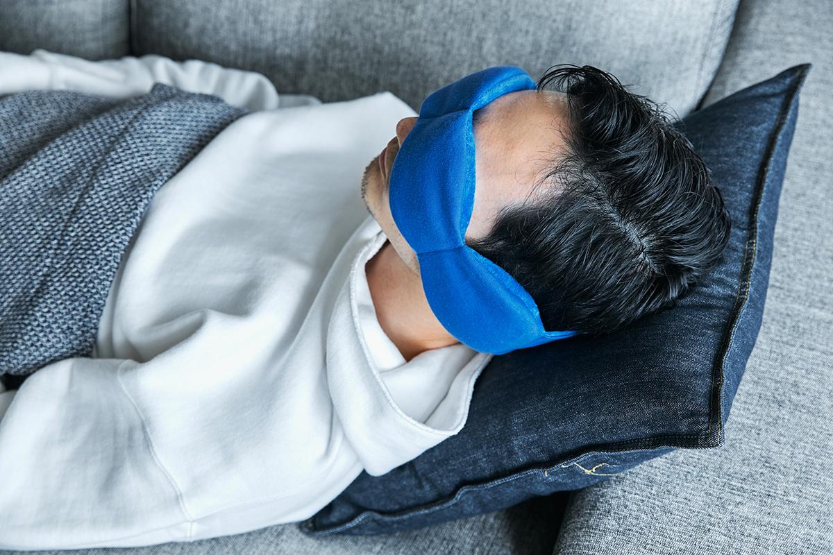 寒い季節や温もりに触れたい気分なら、フワフワ暖かいフリース素材側を目に当てて。目の上に乗せるだけ、穏やかな重みで夢の世界へ。寝返りを打ってもズレにくい「スリープマスク」|nodpod(ノッドポッド)