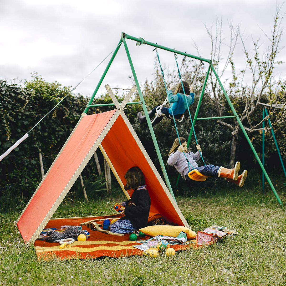 ユニークな形の、色鮮やかな帆布製テント。二方向が開いているつくりだから、通り抜けていく風が、実に気持ちいい「帆布テント」|LA TENTE ISLAISE(ラ・タント・イレーズ)