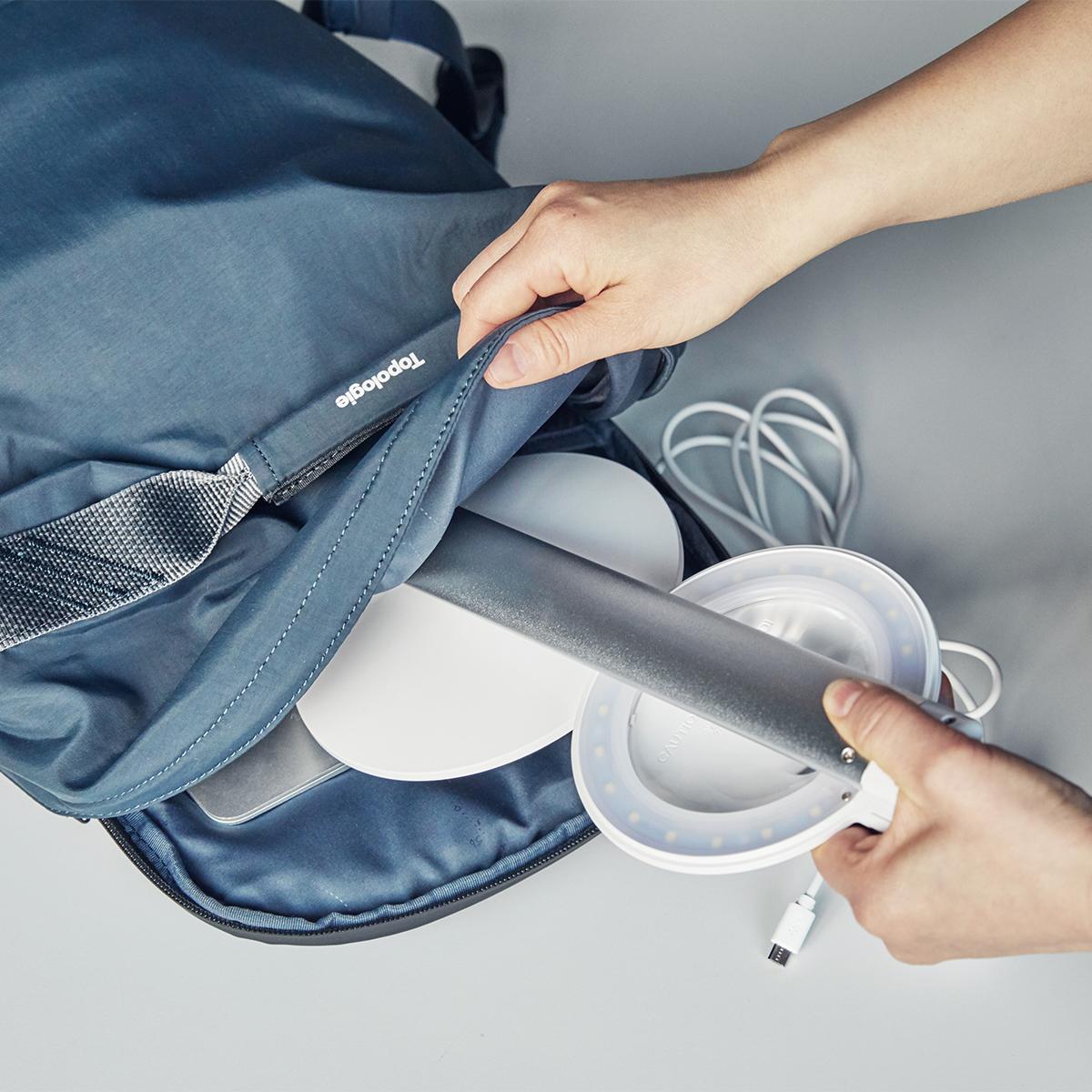家中どこでも使えて、バッグに入れて持ち歩くこともできる。コードレスで使えて、隙間に収納できる!手元を大きく・明るく照らすルーペ付き太陽光LEDの「デスクライト」|daylight - Halo Go