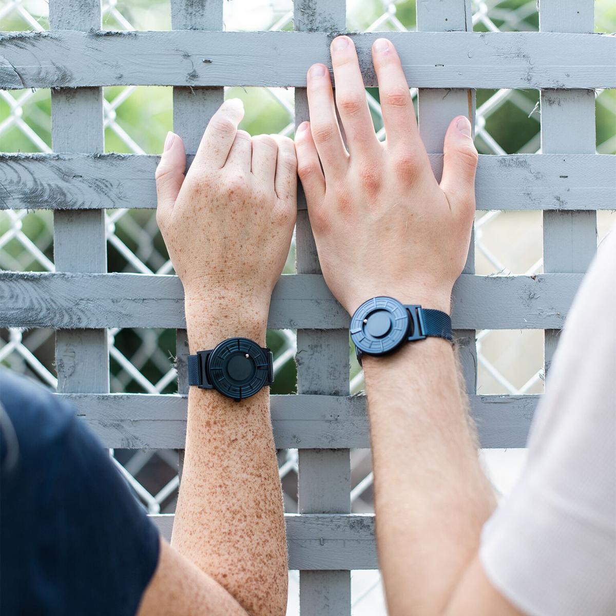 すべての人が楽しめる、ユニバーサルデザイン時計。あなたを引き立てる、濃紺のタイムピース「触る時計」| EONE(COSMOS)