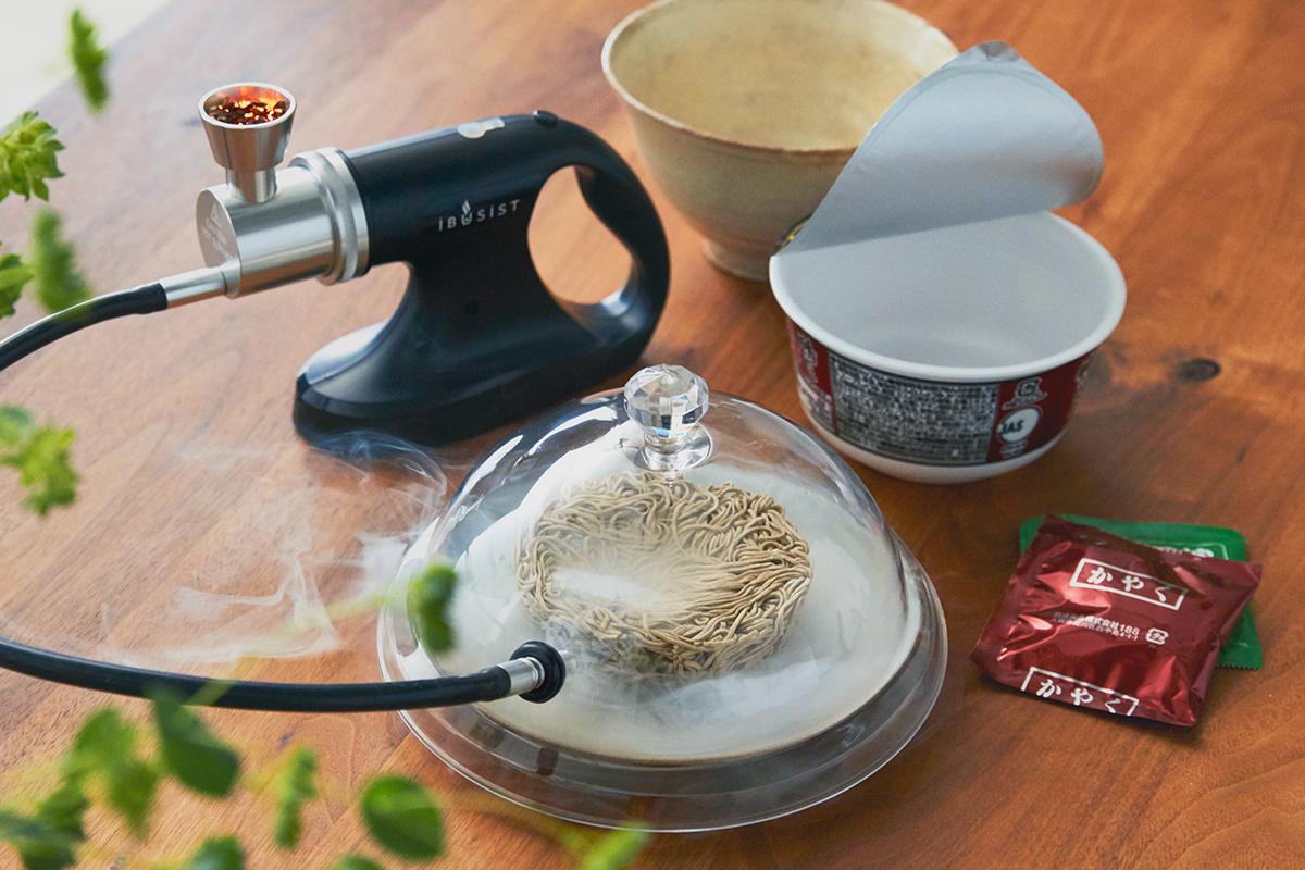 なんとも贅沢な味わいになる、インスタント麺やカップ麺に。誰でも手軽にできて、感動的に変化する「燻製器」IBSIST(イブシスト)