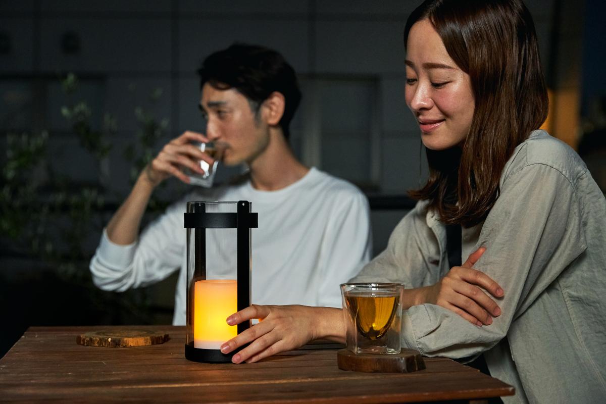 ひと息ついて、揺れる灯りを眺めているうちに、体も心もゆったり、リラックスモードに|暗くなったら自動で点灯、ソーラー充電式の「LEDガラスランタン」|Notte(ノッテ)