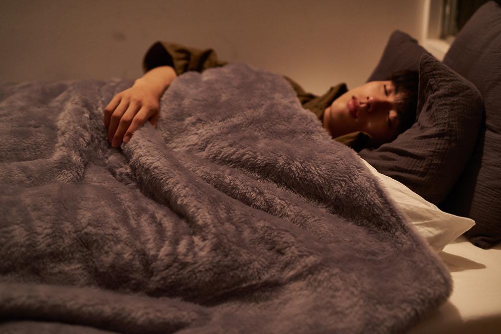 柔らかい毛並みで、フワッフワの肌触り。癒しグレーが叶える、あったか快眠空間。ふんわり毛足2cmのメリノウールが気持ちいい!軽い掛け心地の「毛布」|SERENE