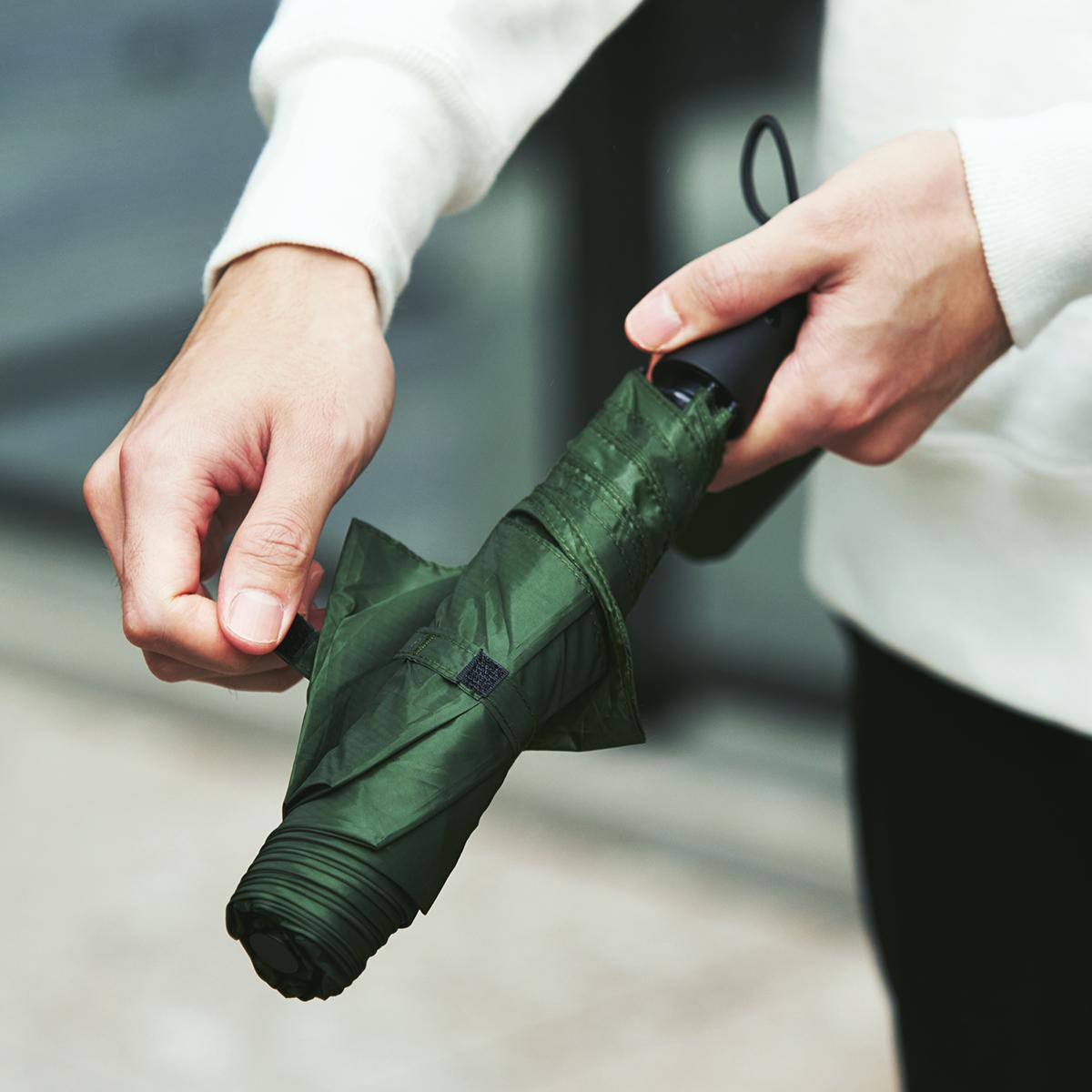 親指1本でカンタン開閉、なのに驚くほど軽い!風に強く、丈夫な構造の「ワンタッチ開閉式折りたたみ傘」|VERYKAL