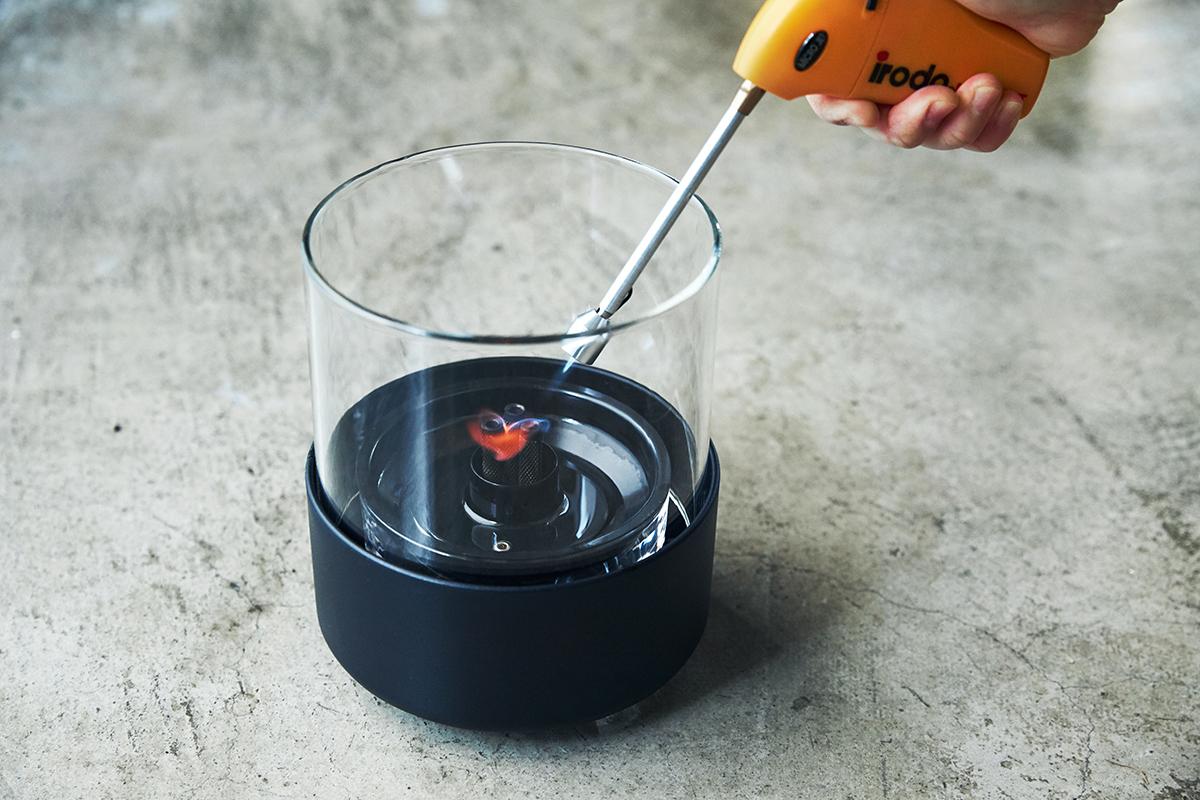 使い方は、とてもシンプル!③ニオイや煙が出ず、倒しても安心の特殊燃料で手軽に楽しめる!「卓上ランプ、テーブルライト」|LOVINFLAME(ラヴィンフレーム)