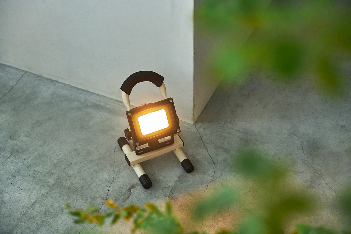 まず、明かりの色がいい。まるで、温かみのある、お日さまのような色合い。|上下左右に自在に動いて、部屋も庭もドラマチックに照らしてくれる。スマホ充電もできる「LEDスポットライト」|RECHARGE LIGHT(リチャージライト)