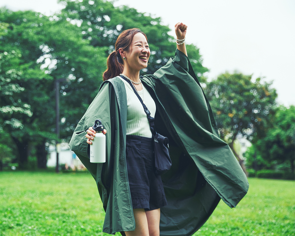 細部まで考え抜かれた設計なのに、いつもの上着のように、気軽に着られる、新感覚のポンチョ。雨の日も両手フリー、濡れない、蒸れにくい「ポンチョ」|U-DAY PONCHO(ユーデイ ポンチョ)