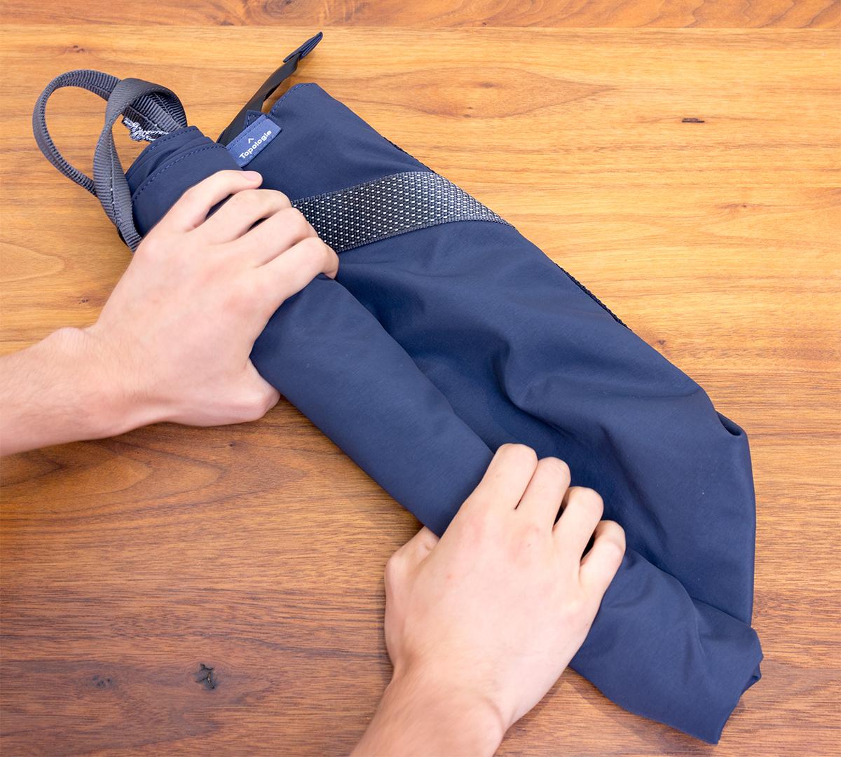 小さく畳んでスーツケースの隙間に入れて、旅行時のお土産を入れるバッグや機内用バッグにもなる2WAYトートバッグ | Topologie