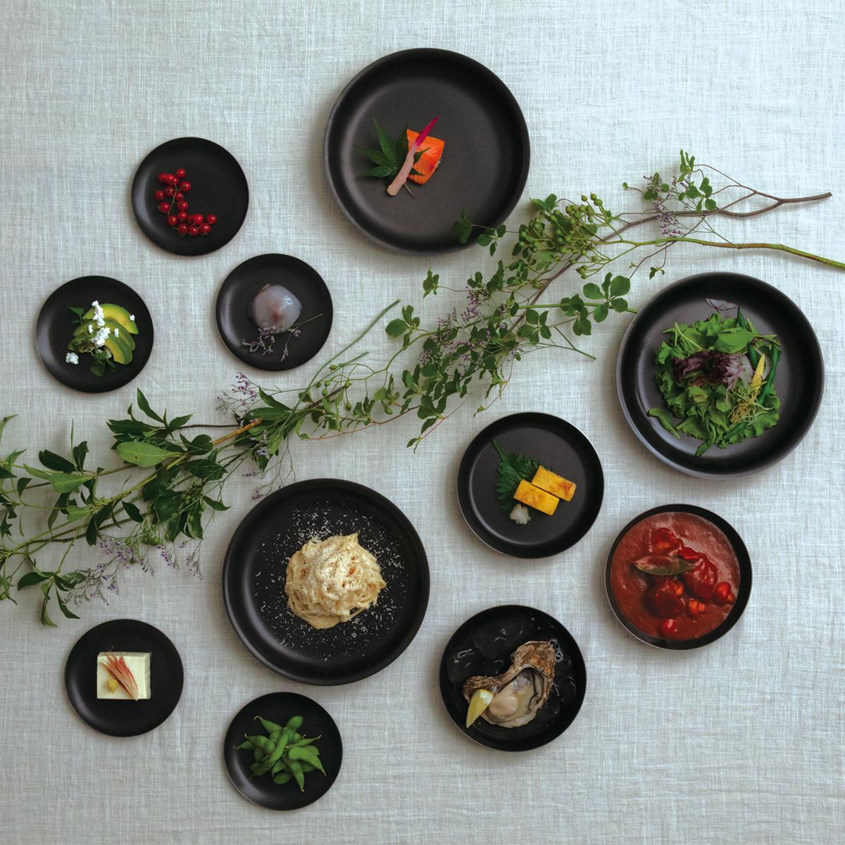 黒い器に盛り付けた食材は、輪郭が強調され、前に押し出されて見えるから見栄えがよくなる。落としても割れない、黒染めステンレスの食器(フォーク・スプーン)|KURO(96)クロ