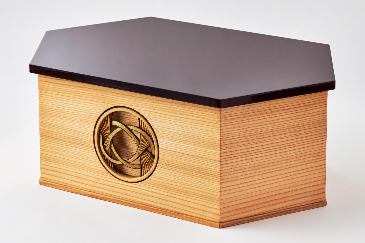 次世代に伝えていきたい7つの日本伝統技術が結集。収納箱正面にあしらわれているのが、江戸時代初期より静岡で受け継がれる、しなやかで繊細な曲線が美しい《駿河竹千筋細工(するがたけせんすじざいく)》|7つの日本伝統工芸をコンパクトモダンに。江戸木目込の「プレミアム親王飾り・雛人形・リビング雛人形」