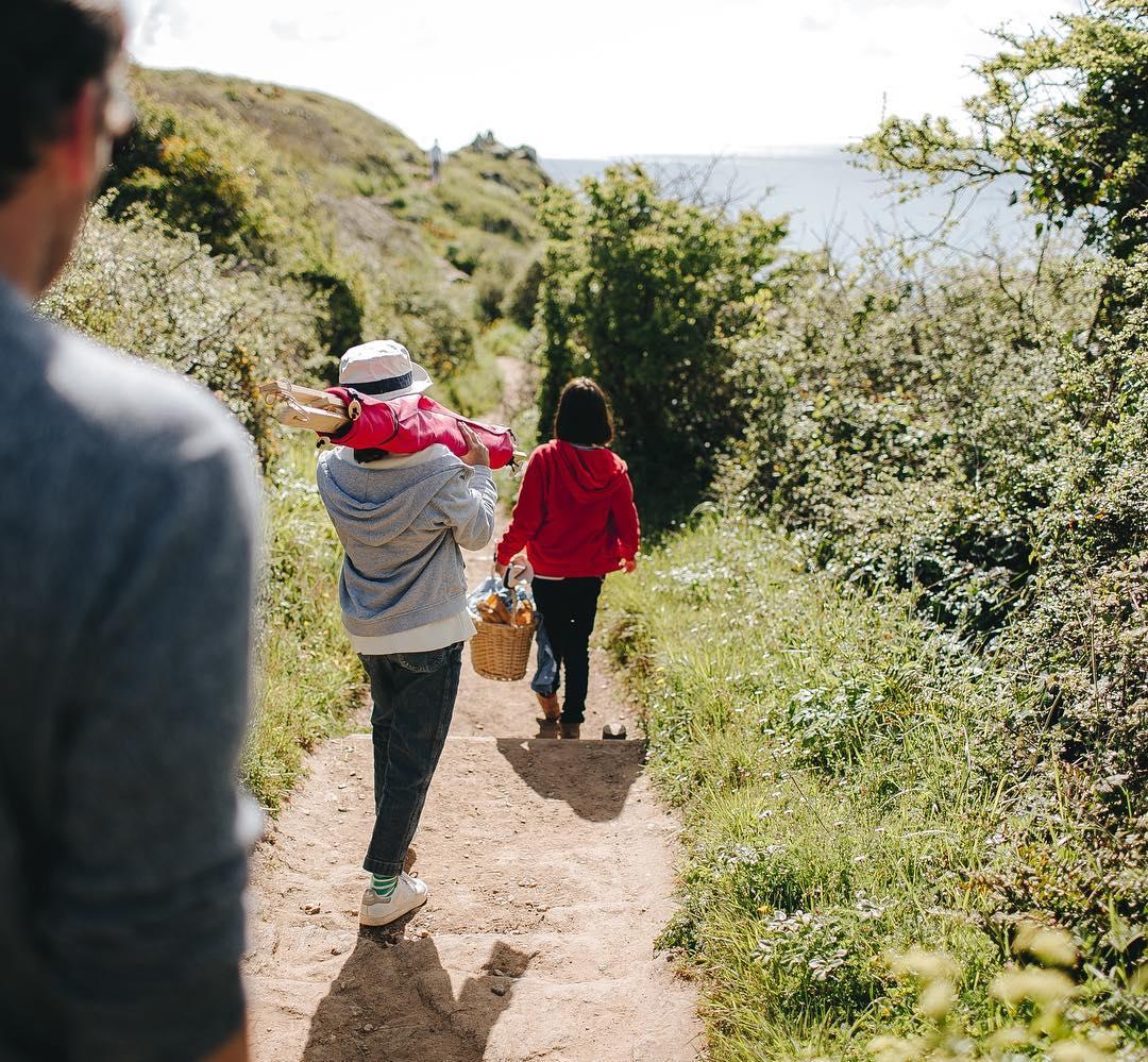 長めの持ち手がついているので、庭や近所の公園へ、大人が肩に掛けて運べるサイズ「帆布テント」|LA TENTE ISLAISE(ラ・タント・イレーズ)
