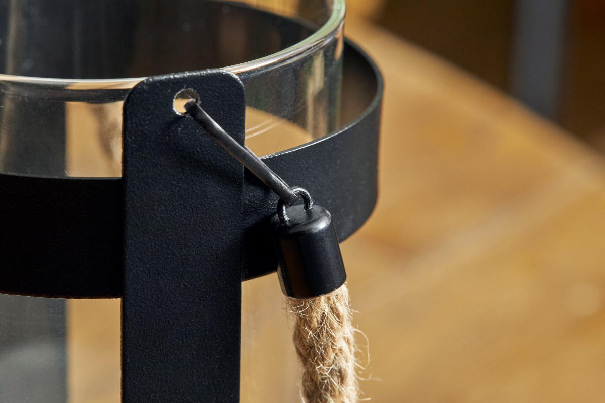 キャンドルライト部分と、一体になっているスチールフレームには、取り外し可能な、持ち手ロープつき|暗くなったら自動で点灯、ソーラー充電式の「LEDガラスランタン」|Notte(ノッテ)