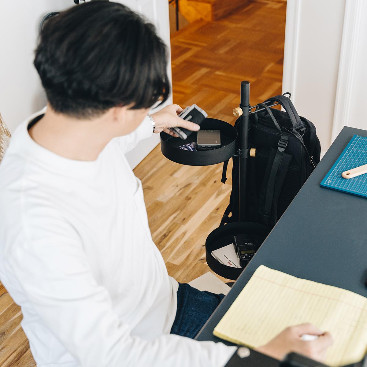 『DRAW A LINE』シリーズの「トレイ」や「テーブル」「フック」を取り付ければ、あなただけの収納場所として、あちこちで活躍してくれます。キャスター台つきポール「Move Rod(ムーブロッド)」|DRAW A LINE(ドローアライン)