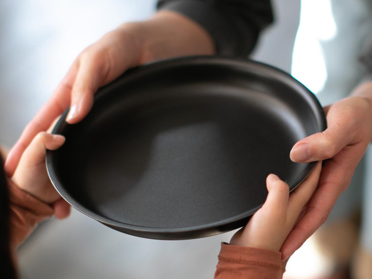 毎日使うことを考えて作られた、細やかな配慮が嬉しい。食材や料理の美味しさを引き立てる、落としても割れない、黒染めステンレスの食器(お皿)|KURO(96)クロ