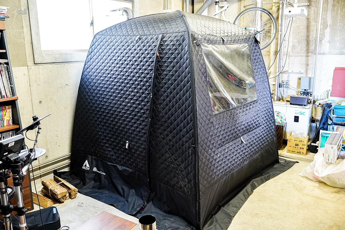 竹澤氏の自宅倉庫に設置されたテントサウナ。骨盤をサポートして姿勢を安定、腰も呼吸もラクに!坐禅蒲団から生まれた、SAUNAクッション|ZAF SAUNA(ザフサウナ)
