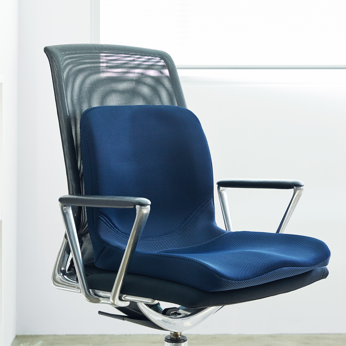 ダイニングチェア、ソファ、座椅子、家中のどのイスも、『P!nto』を置くだけで、座り心地のいいワーキングチェアに早変わり!驚くほど腰がラクなのに、正しい姿勢が習慣化する「チェアシート(椅子クッション)」|P!nto