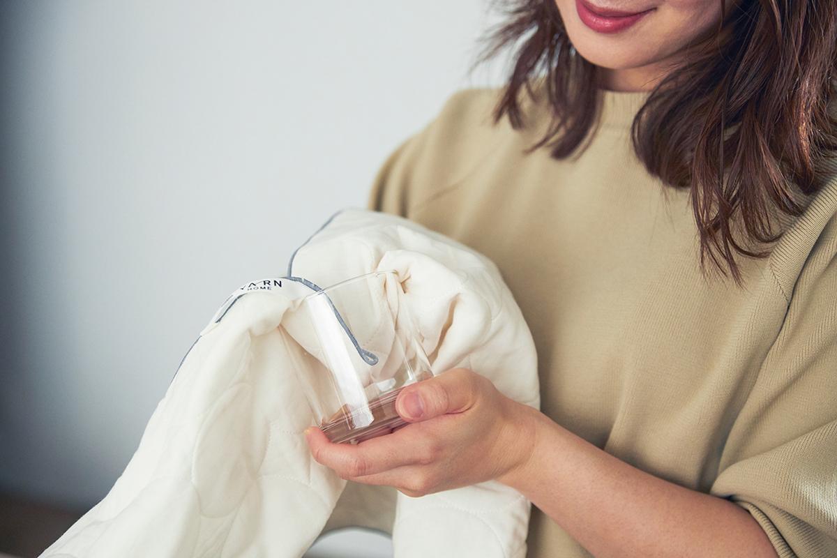 空気をたっぷり蓄えた医療用の脱脂綿を、柔らかなガーゼ生地で挟んでキルトをかけた「3層構造」。吸水・速乾性に優れた、毛羽がつかない。ギフトにもおすすめな「キッチンふきん」|YARN HOME(ヤーンホーム)