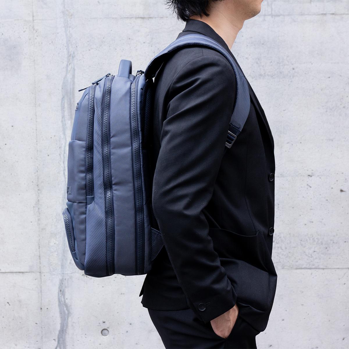 ジャケットやビジネスカジュアル、休日スタイルのファッションに合うバックパック|NAVA