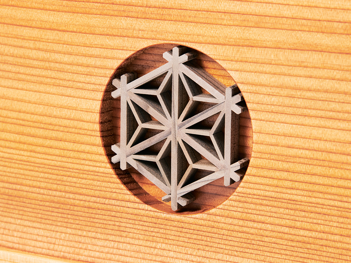 麻の葉模様(収納箱正面) : 鹿沼組子細工|次世代に伝えていきたい最高峰の日本伝統技術を結集させ、コンパクト・モダンに。リビングや玄関に飾れる「プレミアム兜飾り・五月人形」