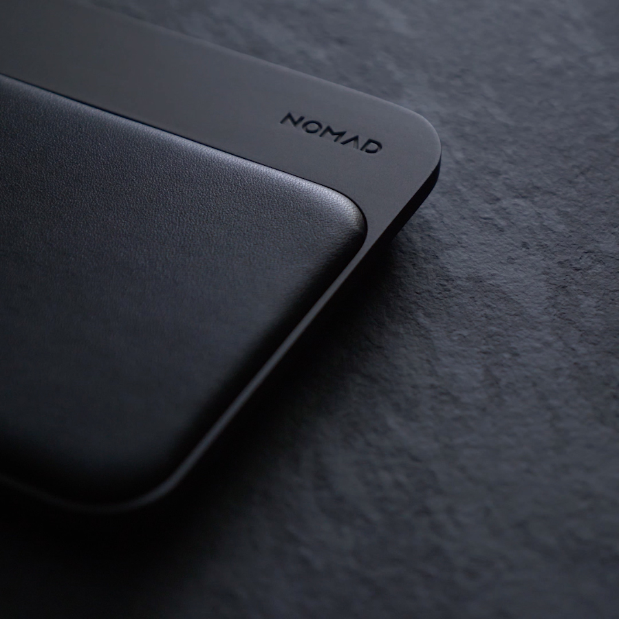 本革ソファのような贅沢仕様の美しいデザイン。3台同時に高速充電できる「ワイヤレス充電ベース」Base Station(Apple Watch Edition)| NOMAD