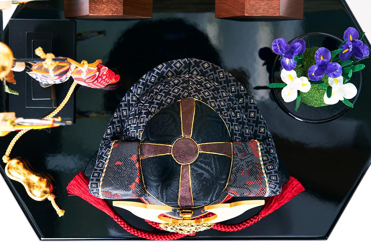 飾り板:紀州塗り|次世代に伝えていきたい最高峰の日本伝統技術を結集させ、コンパクト・モダンに。リビングや玄関に飾れる「プレミアム兜飾り・五月人形」