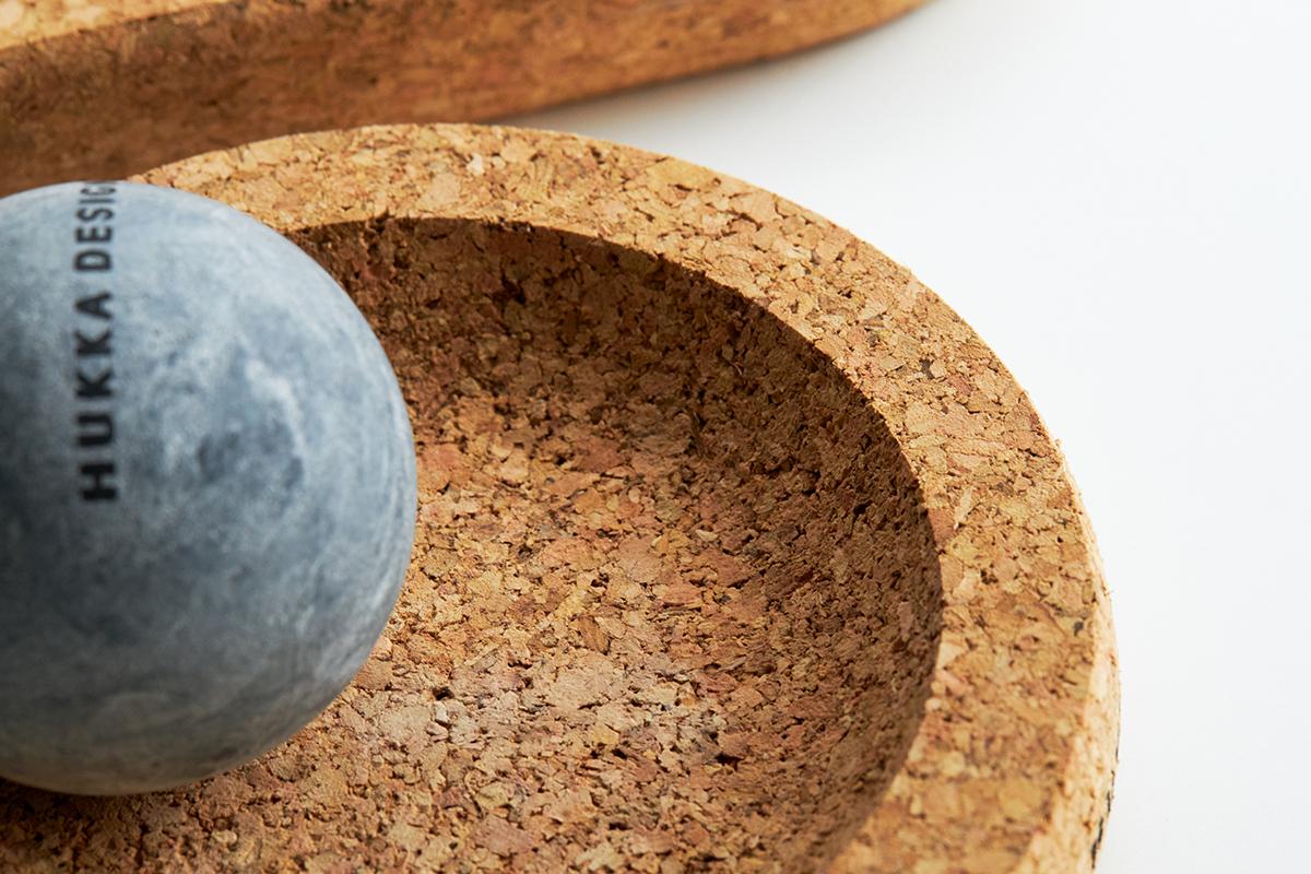 足型のコルクベース付きだから踵から爪先まで上下にゴリゴリ滑らせても、勢い余ってボールが飛び出しにくくなっています。|北欧フィンランド北東部の地底から発見された、カレリアンソープストーンの「マッサージストーン」|HUKKA DESIGIN(フッカ デザイン)