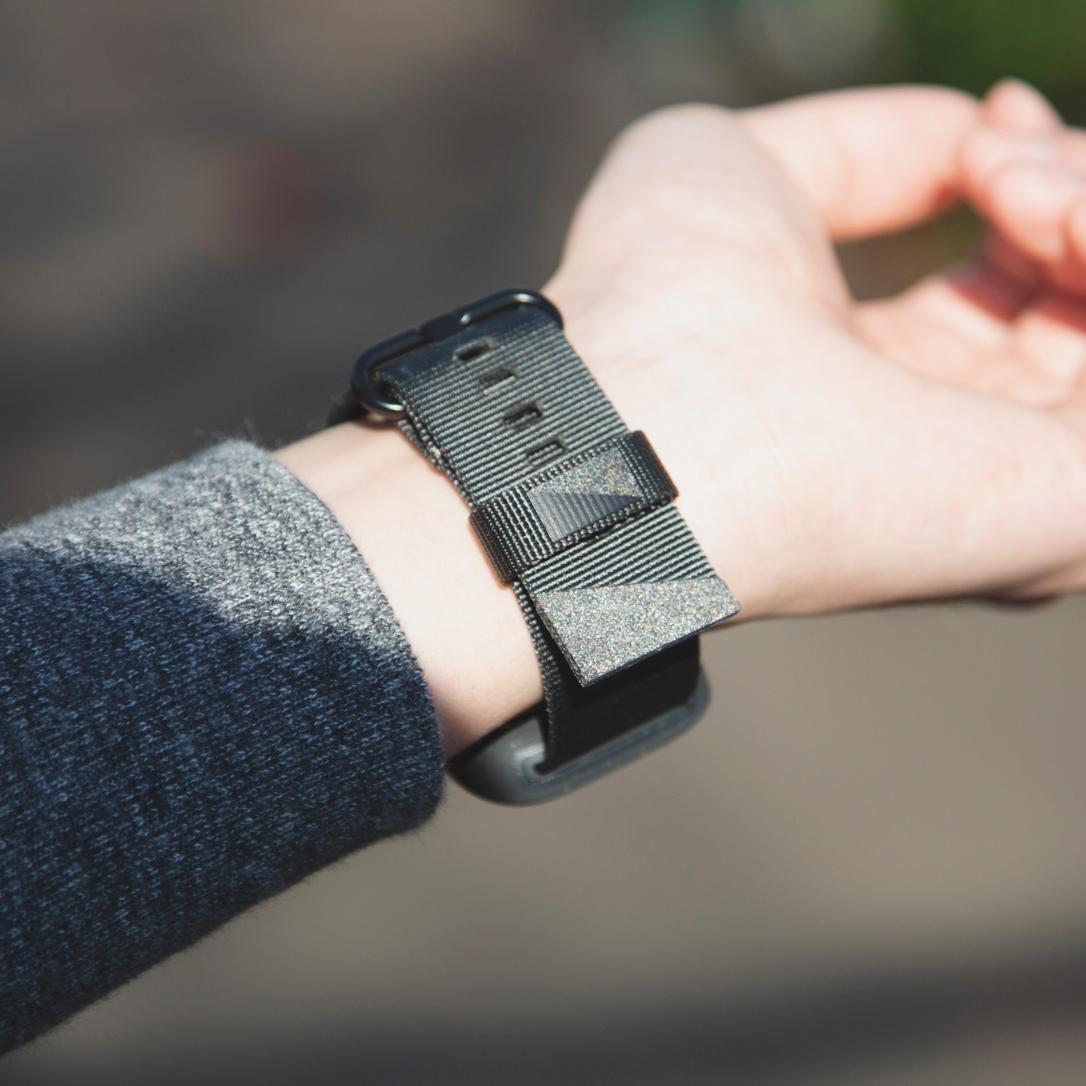暗闇でも見つけやすい、反射板ロゴでデザイン。落下・衝撃・水濡れに強い、タフケース一体型Apple Watchバンド|LANDER Moab case+Band