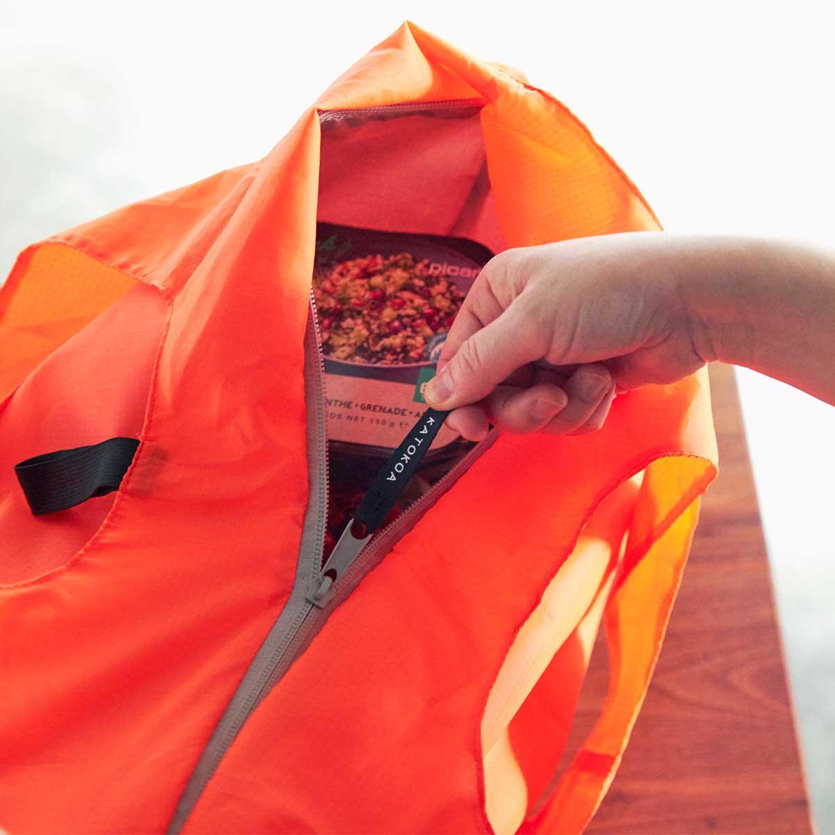 保冷バッグとしては極薄ですが、ファスナー付きでしっかりと断熱効果を発揮し、冷たいおいしさを保ってくれます。ビールや冷凍肉もおいしさキープ、極薄素材で小さくたためる「保冷バッグ」|KATOKOA(カトコア)