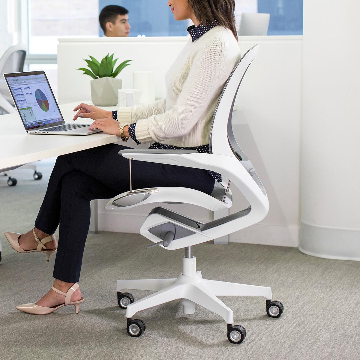 長時間座っていても、背骨のS字カーブをキープしてくれるから、いつでも気持ちいい仕事姿勢が続くワーキングチェア|Elea Chair