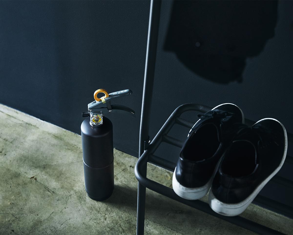 インテリアと調和するシンプルでモダンな佇まい。お酢が主成分の消火薬剤だから、後片付けがラク!玄関やリビングにも飾れる「モノトーンの住宅用消火器」|+maffs(マフス)