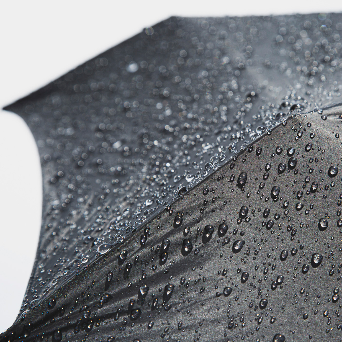 ジャケットの内ポケットにも収まる。手ぶらで外出したい男性におすすめの世界最小級折りたたみ傘「マイクロ傘」|スギタ