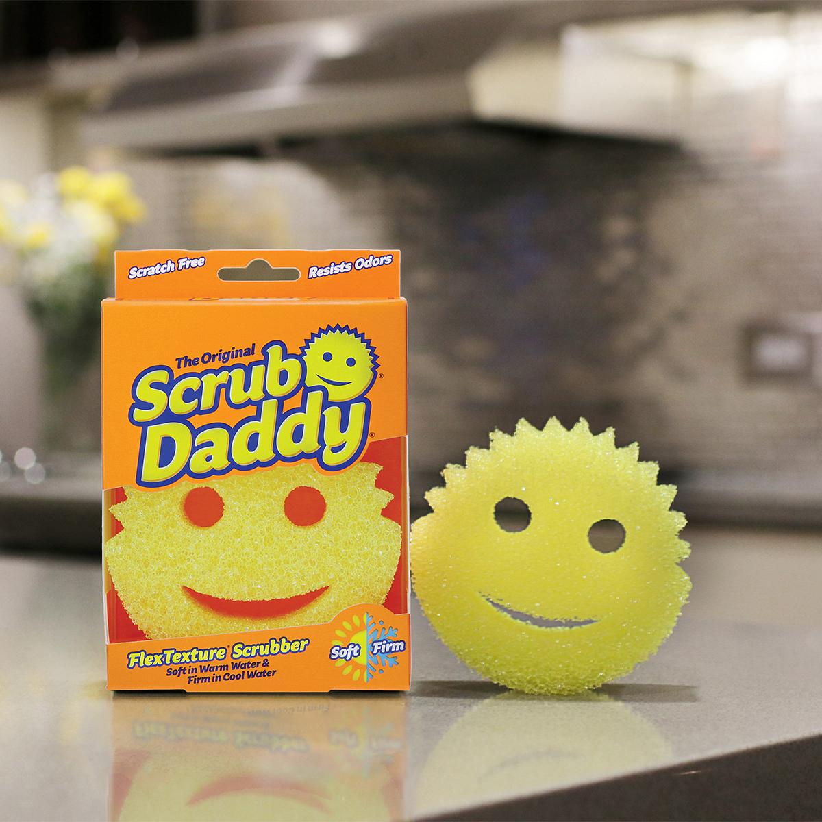 アメリカ中で愛されているスポンジブランド。水切れ・汚れ落ちバツグン!水栓レバーにも掛けられて、収納ホルダー要らずの「洗浄スポンジ」|Scrub Daddy