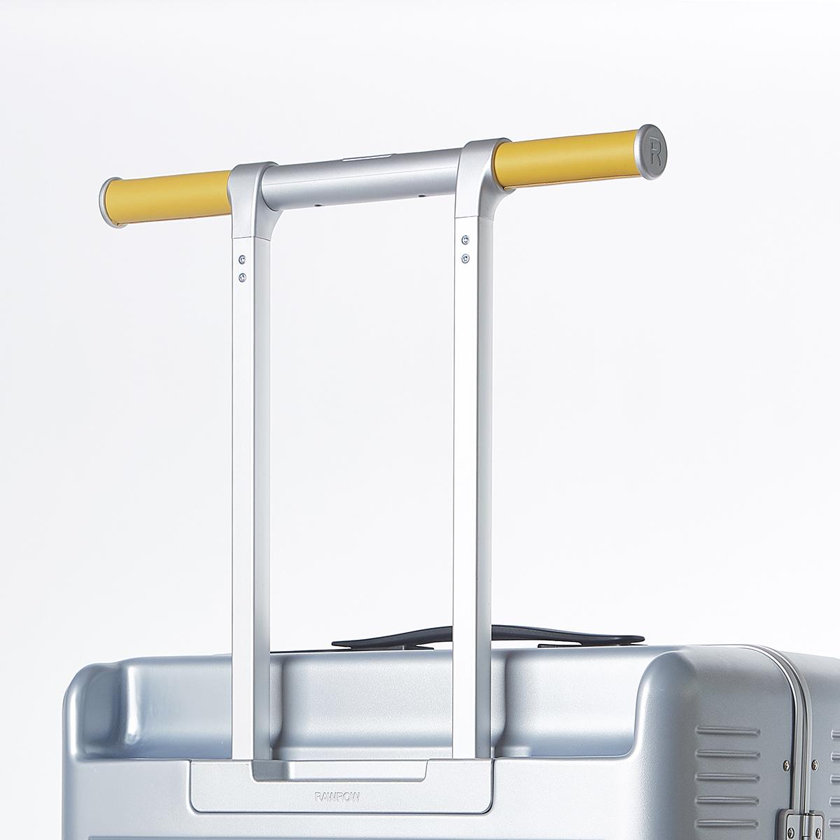 ファッション性だけではなく、空港の荷物引き取りターンテーブルで目印にもなるスーツケース|RAWROW