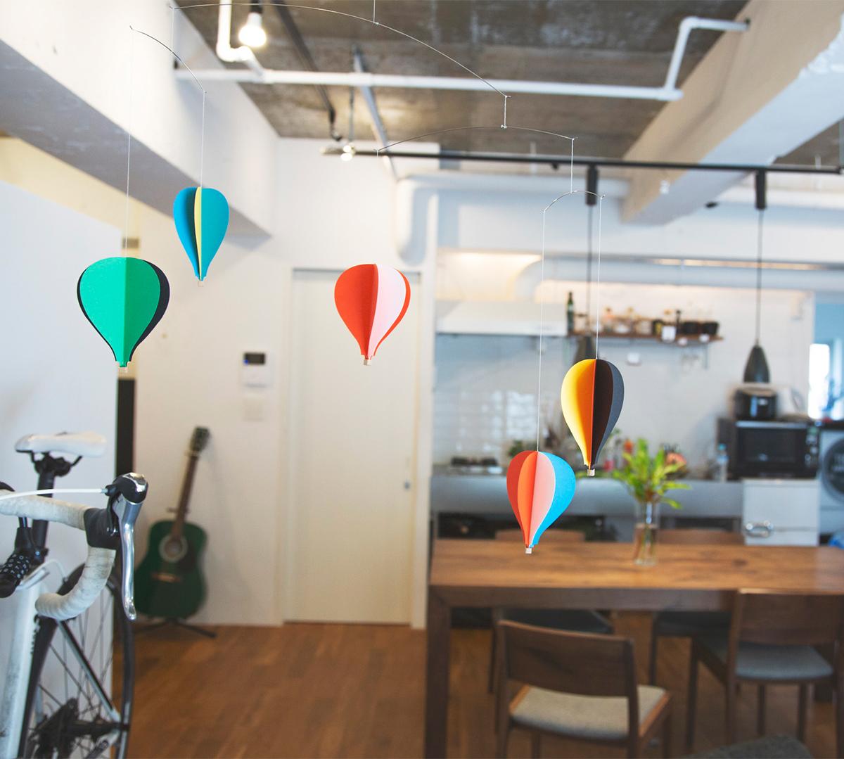 フワフワとほどいてくれるような心地よさ。吊り下げるだけで、お部屋がモダン空間に変わる「大人のモビール」|FLENSTED MOBILES(フレンステッドモビール)