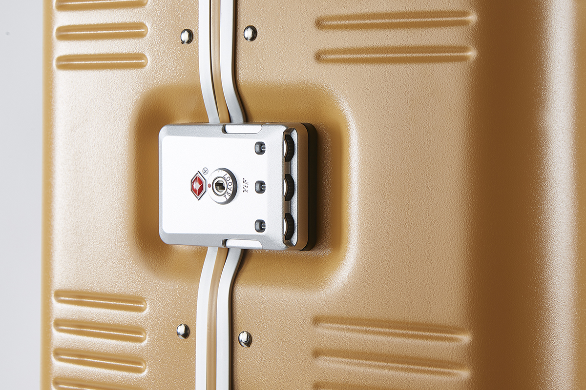 TSAロック|手を添えるだけで滑らかに走行、気の利く設計であなたの旅路に寄り添うスーツケース(88L・7泊〜)|RAWROW