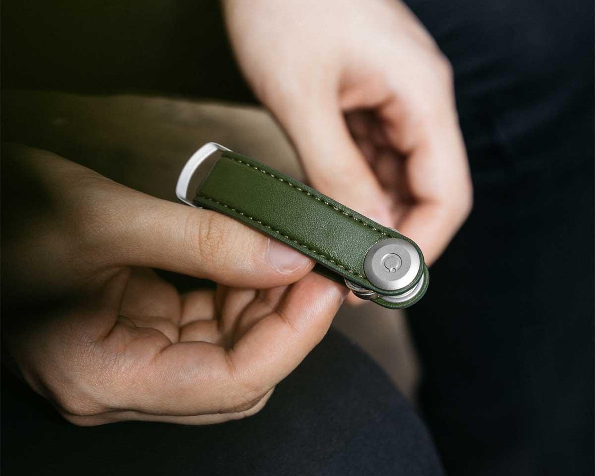幅たった2cmのキーケースに、最大7本の鍵の束を、ぴったり収納できます。サボテンから生まれたエコレザーのキーホルダー(キーケース)|ORBITKEY(オービットキー)