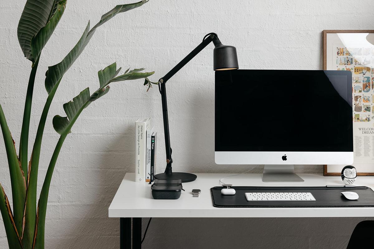 仕事効率を上げてくれる使い勝手の良い、便利でオシャレなデスク用品(オフィス用品)リモートワーク(在宅勤務)やオフィスワークに。自然とワークスペースが整う「デスクマット」(デスクカバー)|Orbitkey Deskmat