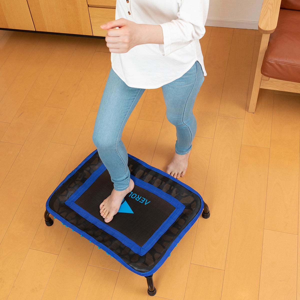 ほかにも、お腹のでっぱりが気になる人は、ジャンプして着地時に上半身を大きくひねる「ツイスト運動」も。ミニサイズのトランポリン「ミニジャンパー」|AEROLIFE(エアロライフ)