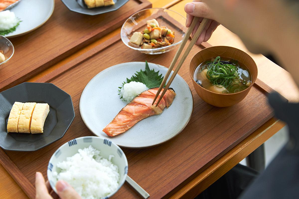 ちょっとしたコツで、料理初心者もベテランも、『大人の焼魚 炭グリル』で、焼き魚をもっとおいしくできます。|極厚炭グリルでパリッ、ふわっ、旨っ!コンロで手軽な「魚焼き器」|新潟・燕三条のオークス製の大人の焼魚 炭グリル