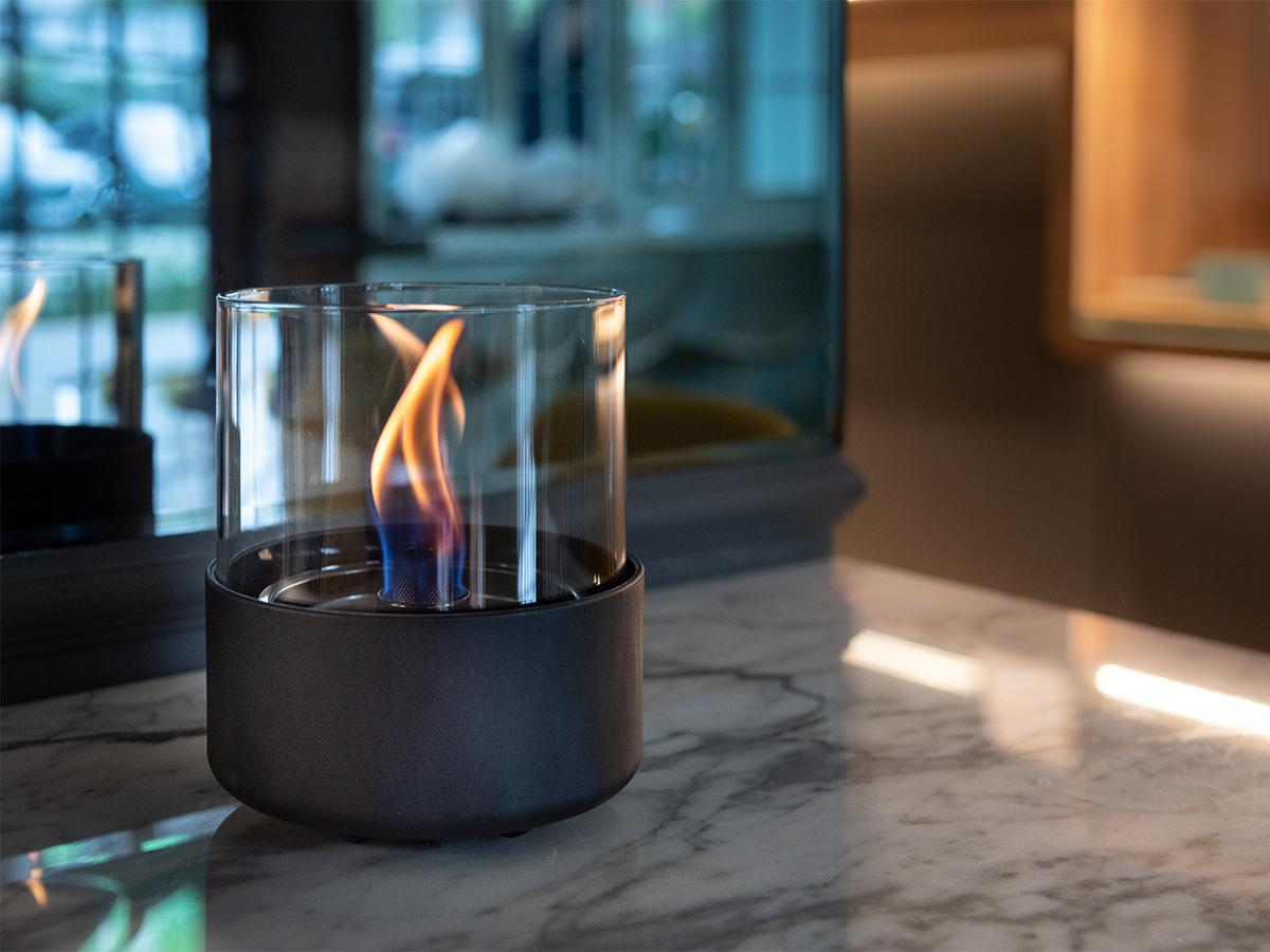 心ゆくまで炎のゆらぎを堪能できる。ニオイや煙が出ず、倒しても安心の特殊燃料で手軽に楽しめる!「卓上ランプ、テーブルライト」|LOVINFLAME(ラヴィンフレーム)