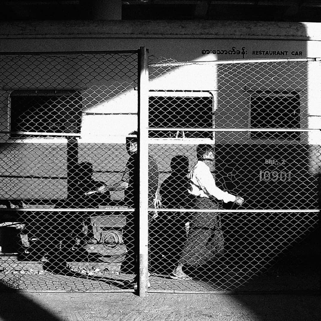 YASHICA「digiFilm B&W」を適用 誰でも写真家気分で、旅の風景や日常の一コマを「作品」にできるトイデジカメ YASHICA