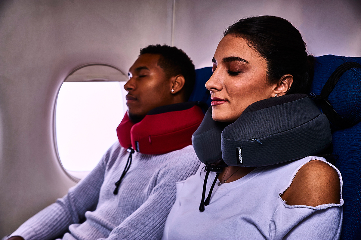 睡眠時のようなリラックス状態でも、頭部を正しい位置にキープできる。座席のヘッドレストに、頭を密着させやすいトラベル枕|cabeau