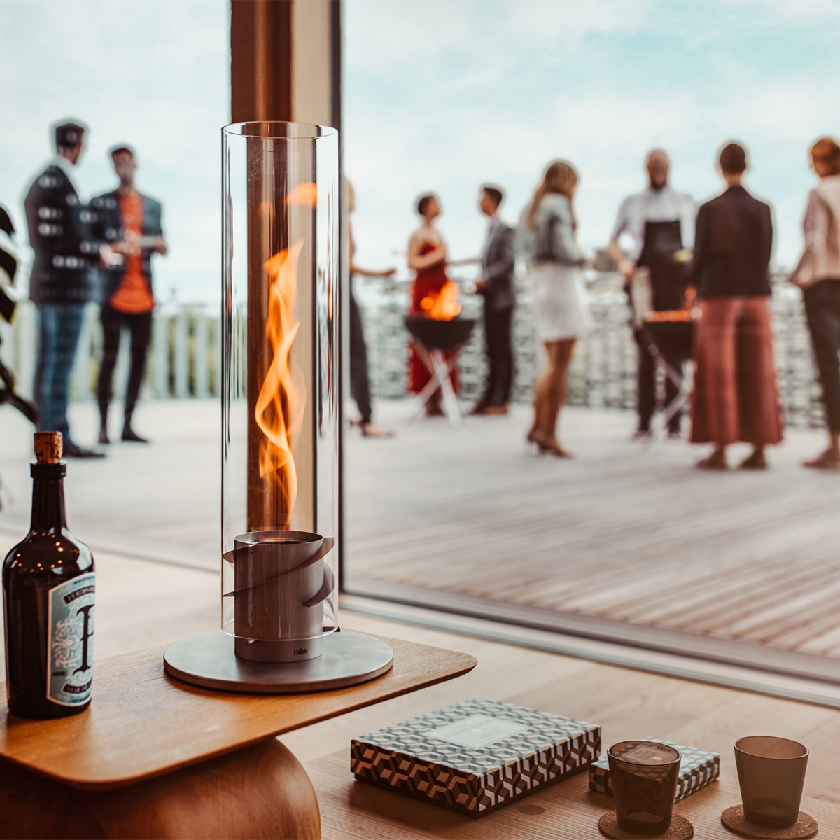 見た目の華やかさとは打って変わって、至極シンプルな構造とカンタンな設置に驚く。煙突効果で炎が廻りながら上昇!煙が出にくい安全燃料の「テーブルランタン&ガーデントーチ」|Hofats SPIN(ホーファッツ スピン)